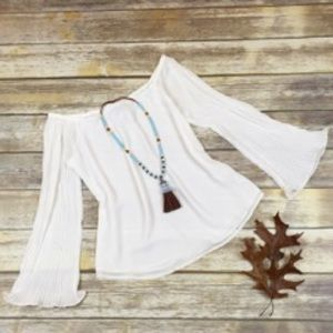 🛍🛍Off shoulder white top 🖤 W/bell sleeves 🛍